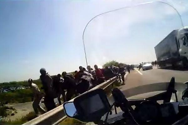 Les images sont filmées depuis la moto d'un CRS.