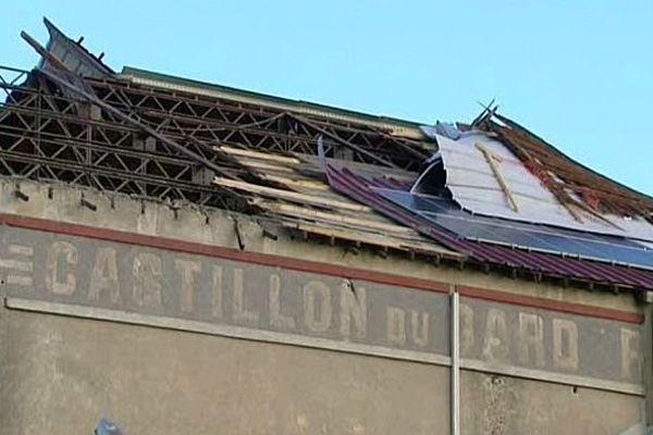 Remoulins (Gard) - plusieurs toitures ont été endommagées par un vent violent - 25 janvier 2015.