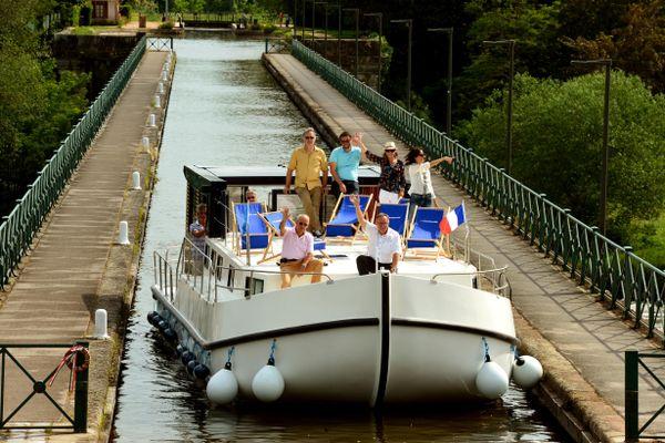 """Voies Navigables de France a lancé une campagne de promotion pour le tourisme fluvial : """"Cet été, sortez des sentiers battus : osez le fluvial !"""""""