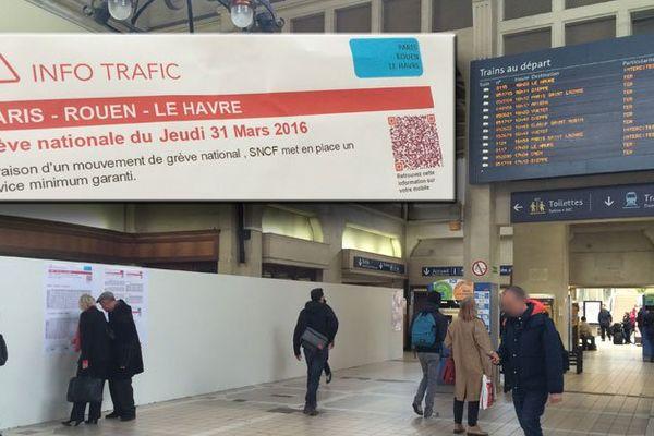 """Information des voyageurs en gare de Rouen avec les horaires du """"service minimum garanti"""" affichés sur une palissade"""