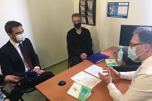 Le ministre de la Santé Olivier Véran s'est rendu ce vendredi 26 mars au CHU de Clermont-Ferrand pour assister au lancement de la campagne d'expérimentation du cannabis à usage médical par le professeur Nicolas Authier.