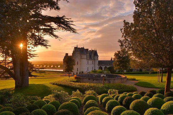 La visite du jardin du château d'Amboise (Indre-et-Loire) s'organise autour de 25 pierres d'Alep, gravées d'extraits du Coran et d'hymnes à la paix.