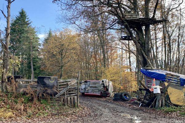 Installés dans la forêt de Chambaran, les Zadistes bloquent l'accès au site depuis 2014