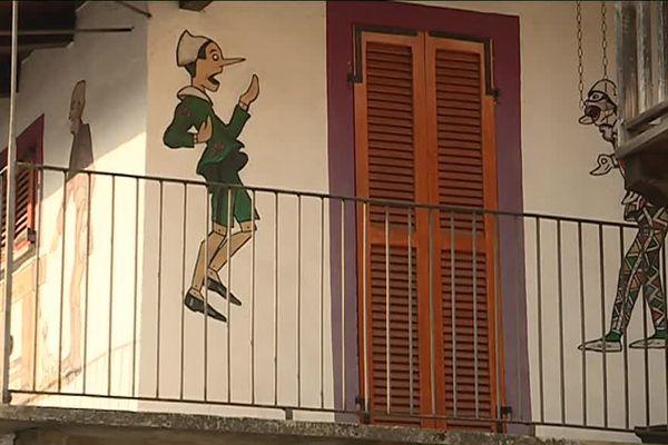 Une façade de Vernante avec Pinocchio.