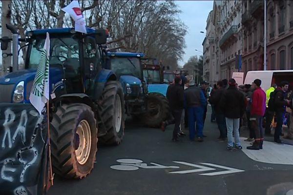 En février 2018, les éleveurs avaient déjà exprimé leur ras le bol. A l'époque, une trentaine de tracteurs s'étaient regroupés. Ce mardi, ils en annoncent plus d'une centaine