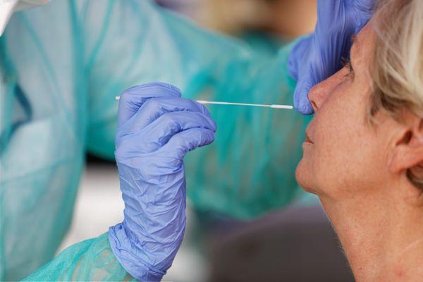 L'agence régionale de santé et les laboratoires enregistrent une baisse importante du nombre de dépistages en Alsace.