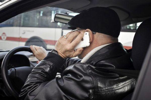 La majorité des États membres de l'Union européenne, soit 27 pays, a proscrit l'utilisation du téléphone tenu en main.