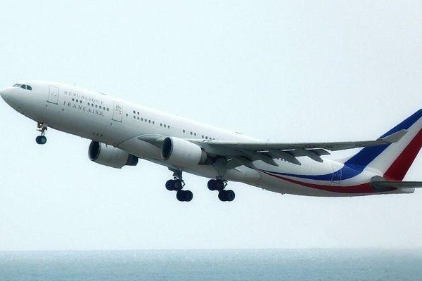 """L'A330 de la présidence de la République a réalisé plusieurs """"touch'n'go"""" à l'aéroport de Nice ce vendredi."""