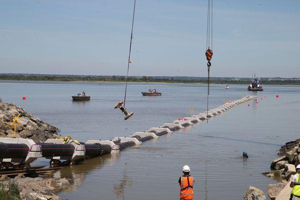 Pour le transport en Loire de ces fourreaux de câbles éoliens offshore, un plongeur était indispensable à la manoeuvre