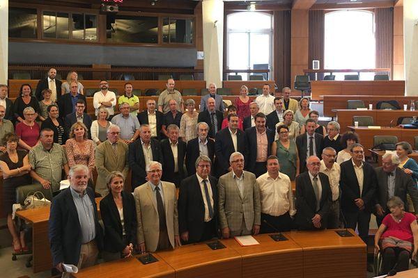 Photo de famille à l'issue du vote d'adoption du pacte de gouvernance de la future Communauté Urbaine de Limoges