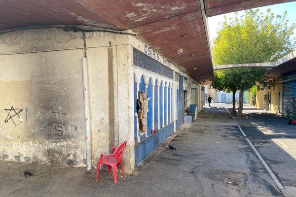 Perpignan - le quartier du Champ de Mars face au lycée Jean Lurçat et l'allée où l'homme a été tué - 8 septembre 2020.