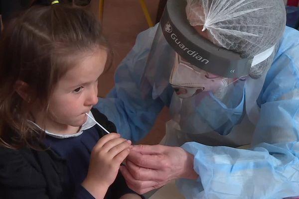 Le test salivaire est mieux accepté par les parents et les enfants.