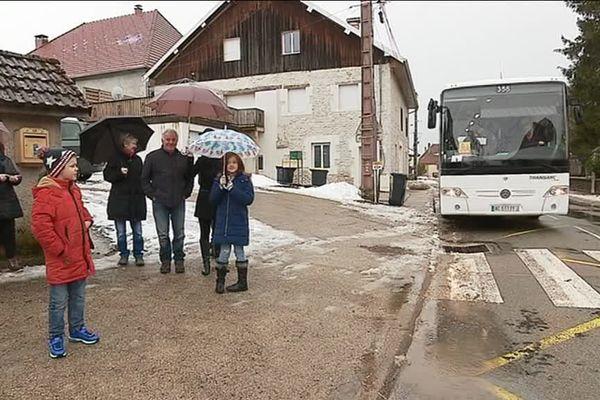 A Fallerans, les parents ont refusé de faire monter leurs enfants dans le car scolaire. Ils  protestent contre la trop longue durée du transport.