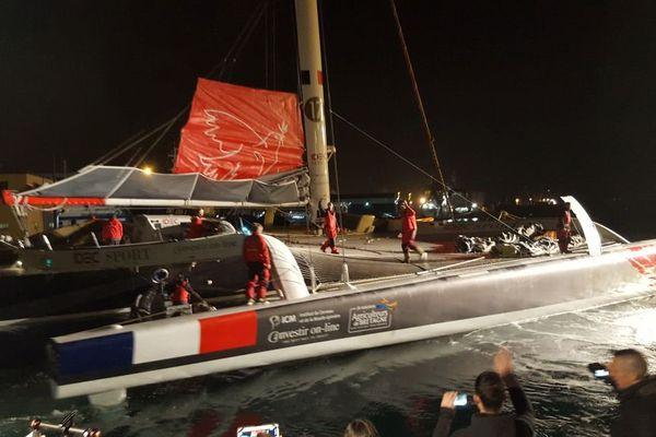 Départ de Francis Joyon du port de Brest pour tentative du Trophée Jules Verne