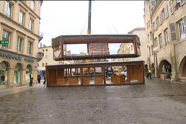 """L'installation d'une """"pyramide de Noël"""" sur la place Saint Louis à Metz"""