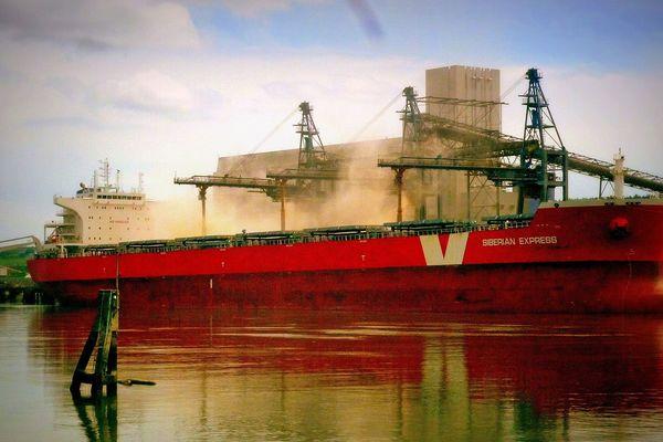 Archives- Un bateau charge des céréales dans le port de Rouen