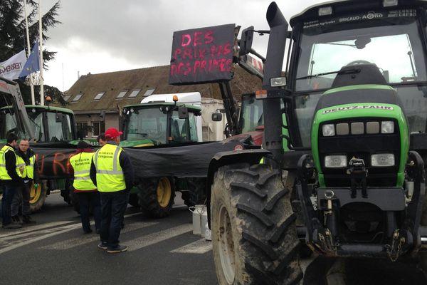 Des agriculteurs manifestent aux abords des locaux de Terrena à Ancenis, vendredi.