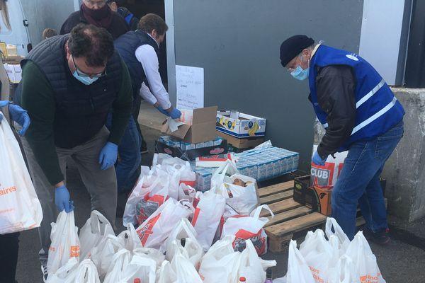 Petit déjeuner, assaisonnement, repas...thème par thème et selon les ressources disponibles, les bénévoles assemblent des sacs qui composeront un des 100 colis alimentaires de la semaine.