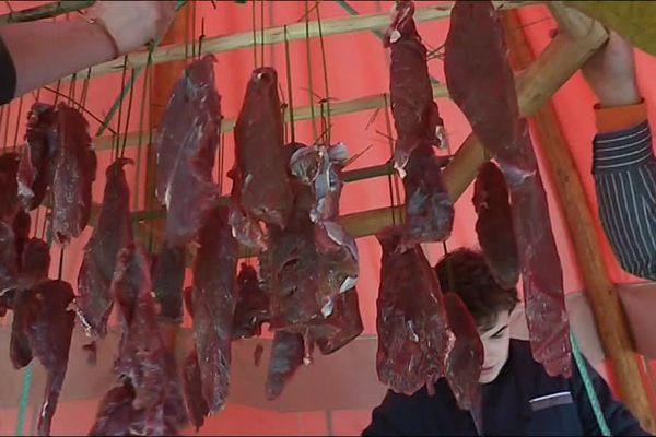 la viande est préparée avant de rester 3 heures dans le fumoir