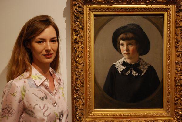 Louise Bourgoin devant le portrait de Guy Wilthew Junior