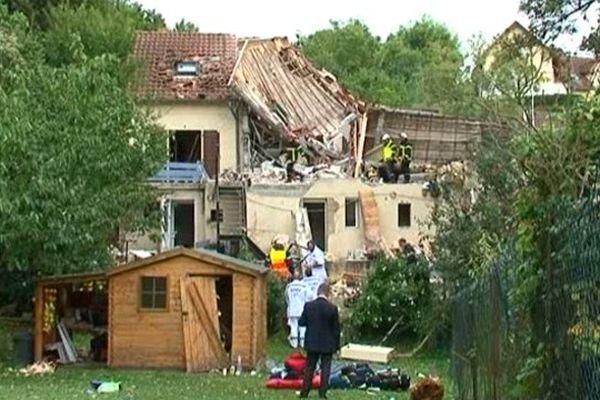 La toiture a été littéralement soufflée par l'explosion.