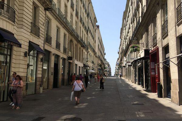 A Nantes, certains magasins laissent leurs portes ouvertes tout en climatisant. Malgré la canicule.