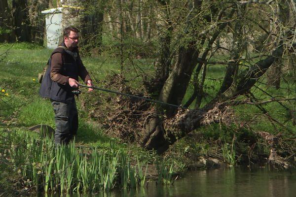La pêche en rivière, une activité de plein air plutôt solitaire