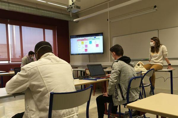 Utilisation de l'outil numérique Miro par la tutrice Alexia Hubert, pour échanger idées et concepts.