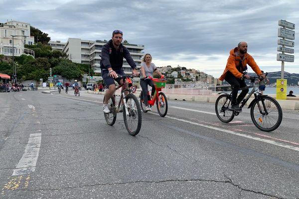 Malgré les nuages, les cyclistes ont profité des voies réservées pour une balade sur la Corniche