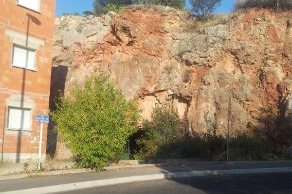 Sète (Hérault) - c'est dans cette galerie, sous le Mont Saint-Clair, dont on voit l'entrée, que le corps carbonisé a été retrouvé - 17 juillet 2014.
