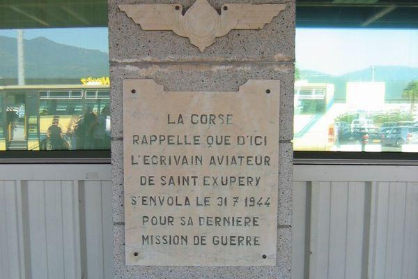 La stèle de l'écrivain-aviateur Antoine de Saint-Exupéry érigée à l'aéroport de Bastia-Poretta (Lucciana, Haute-Corse)