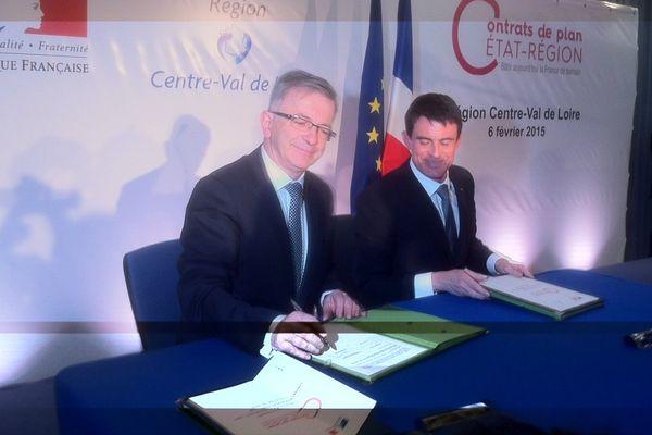 François Bonneau, président du conseil régional, et Manuel Valls, Premier ministre, signent le protocole d'accord du contrat de plan Etat-région 2015-2020.
