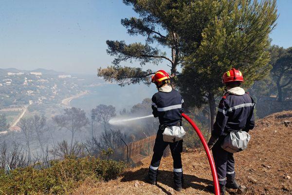 Environ 30 hectares de forêts de la commune ont été détruits par un incendie en juillet dernier. Le feu a longé les installations militaires de la Renardière avant de redescendre vers la plage de la Coudoulière.