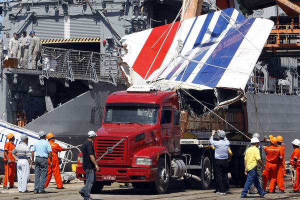 Crash du vol rio-Paris - L'un des débris de l'appareil repêché dans l'océan Atlantique, le 14 juin 2009.