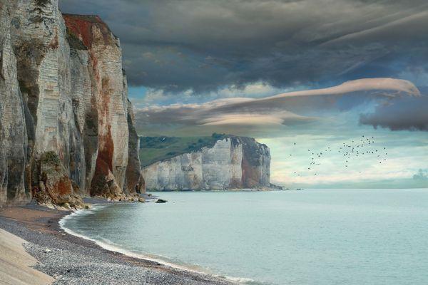 En Seine-Maritime, l'horizon de la Côte d'Albâtre se teintera de toute la palette de gris et de bleu dont disposent les nuages et les rayons de soleil.