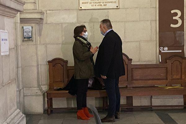 L'accusé, Frédéric de Chérancé, avec son avocate lors de la première journée d'audience aux assises de Pau.