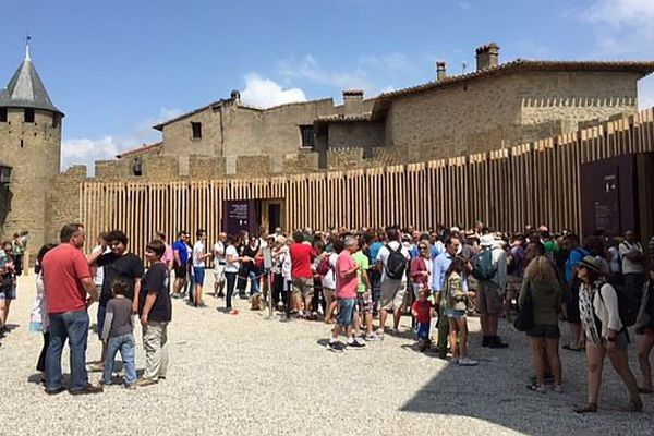 File de touristes qui attendent de visiter la Cité de Carcassonne. Août 2015.