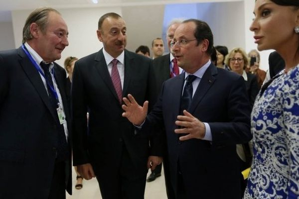 Gervais Martel (à gauche) en compagnie du président azerbaïdjanais Ilham Aliyev et de François Hollande dimanche à Bakou.