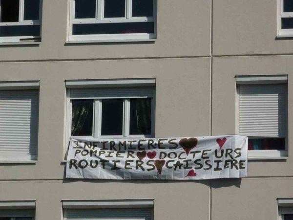 Des banderoles en soutien à ceux qui sont en première ligne ont fleuri aux fenêtres du quartier, lors du confinement du printemps 2020