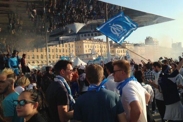 L'ombrière du Vieux port, point de convergence toute la journée des supporters de Marseille