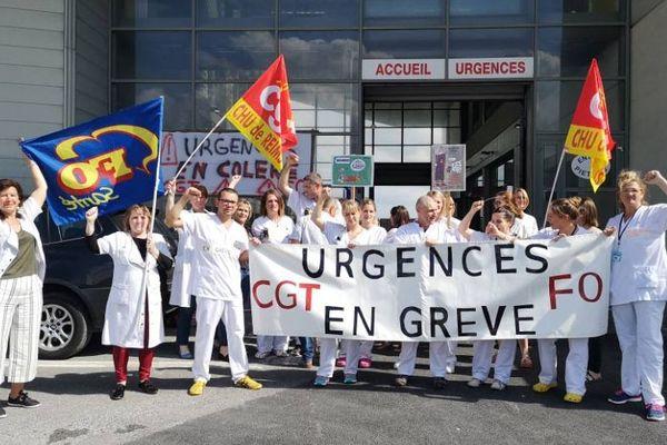 """Ce jeudi 20 juin, devant les urgences du CHU de Reims. Pour le personnel, il y a """"urgence aux urgences""""."""