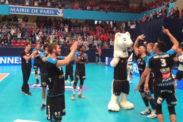 La joie des volleyeurs rennais qui s'imposent en finale de Ligue B et retrouvent ainsi la Ligue A. Stade Pierre de Coubertin, Paris - 6/05/2017