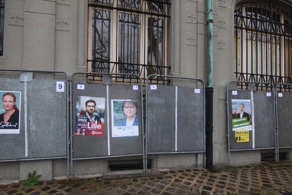 Des panneaux électoraux à Lille, juste avant le 1er tour