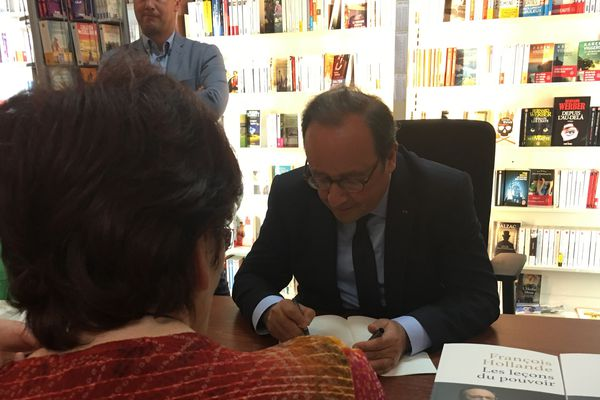 Après Aurillac c'est à Clermont-Ferrand que François Hollande devait dédicacer son livre