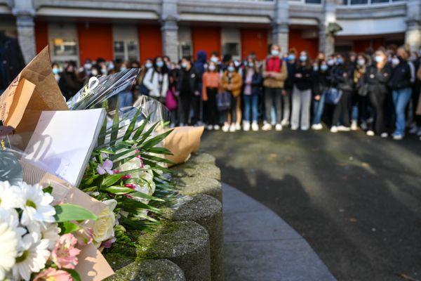 Une minute de silence a été organisée dans la cour du lycée Fénelon, à Lille, en hommage à Fouad.