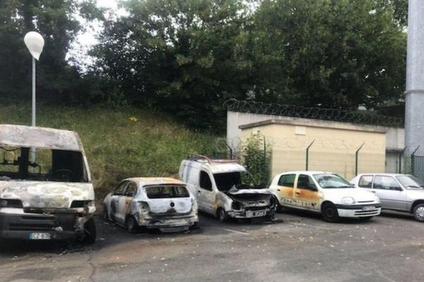 Quatre véhicules incendies aux abords de la prison de Fresnes.