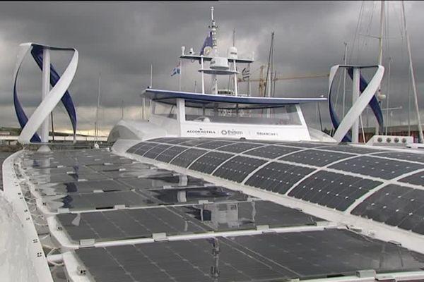 La coque de l'Energy Observer est couverte de panneaux solaires