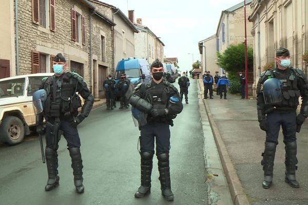 Plusieurs dizaines de gardes mobiles ont empêché les manifestants de pénétrer à l'intérieur de la mairie de Montiers-sur-Saux, siège de la commission d'enquête.