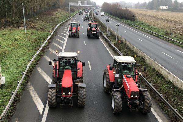 Le convoi des tracteurs ce mercredi matin sur l'A25 Dunkerque-Lille.