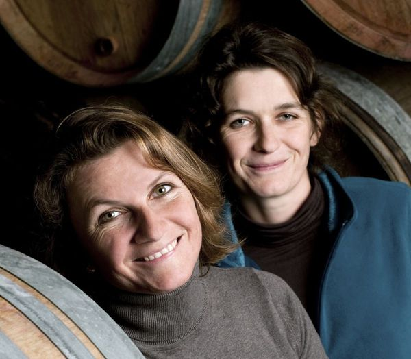 Les vigneronnes Juliette et Caroline Chenu ont repris le domaine familial à Savigny-lès-Beaune, en Côte-d'Or.